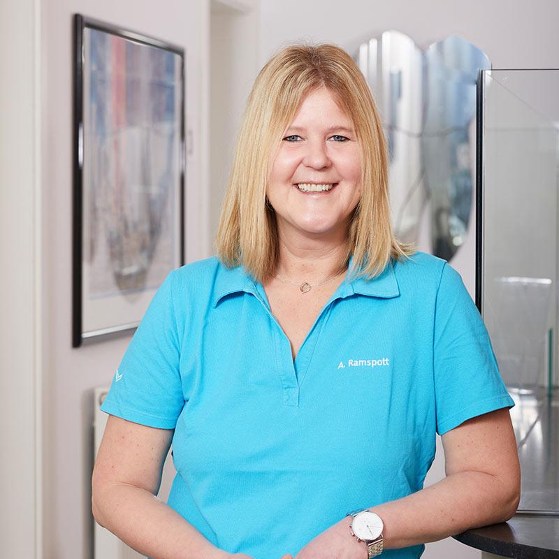 Implantologie Köln: Mitarbeiterin Anke Ramspott
